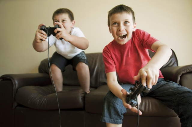 Kids-playing-video-game-97577269